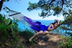 Девушка в гамаке на тропическом побережье Стоковые Изображения
