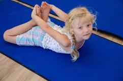Девушка в гимнастике стоковые изображения