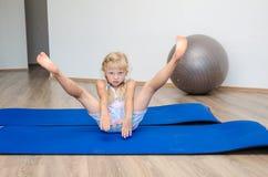 Девушка в гимнастике стоковые фотографии rf