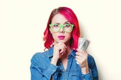 Девушка в голубой рубашке и стеклах держа деньги Стоковая Фотография