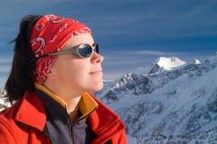 Девушка в горах зимы Стоковое Изображение RF