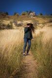 Девушка в горах Стоковые Изображения RF