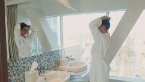 Девушка в гостинице около зеркала видеоматериал