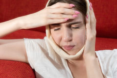 Девушка в головном платке страдать тягостного toothache Стоковая Фотография RF