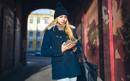 Девушка в голубом пальто в городе Стоковая Фотография RF