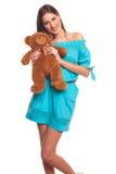 Девушка в голубом платье с изолятом плюшевого медвежонка на белой предпосылке Стоковое Изображение RF