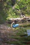 Девушка в голубых джинсах на пляже Стоковые Фотографии RF