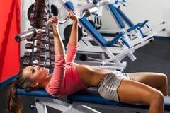 Девушка в давлении стенда штанги гимнастики Стоковое Изображение