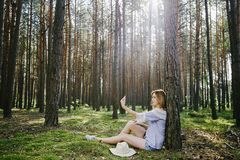 Девушка в древесинах Стоковые Изображения