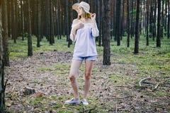 Девушка в древесинах Стоковые Фотографии RF