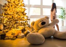 Девушка в ее доме на рождестве с Big Bear и красивым d Стоковые Изображения