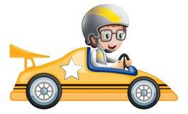 Девушка в ее желтом гоночном автомобиле Стоковое Фото