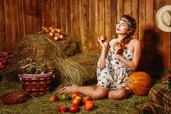 Девушка в деревенском амбаре стоковые фото