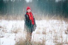 Девушка в лесе зимы снежном Стоковое Изображение