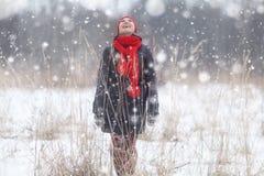 Девушка в лесе зимы снежном Стоковые Изображения