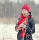 Девушка в лесе зимы снежном Стоковое Изображение RF