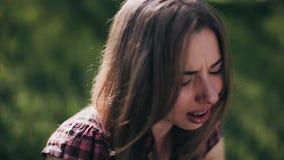 Девушка в лесе играет синтезатор и поет акции видеоматериалы