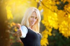 Девушка в лесе осени Стоковое Изображение