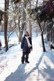 Девушка в лесе снега стоковое изображение rf