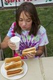 Девушка в еде хот-дога constest Стоковые Фотографии RF