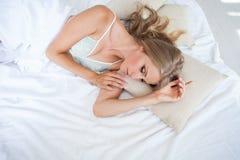 Девушка в женское бельё спит в кровати в утре, белом Стоковое Изображение RF
