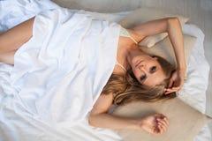 Девушка в женское бельё спит в кровати в утре, белом Стоковые Изображения