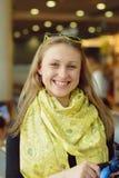 Девушка в желтом шарфе Стоковые Фото