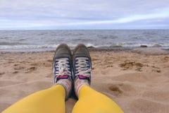 Девушка в желтых колготки и тапках Стоковое Фото