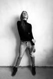 Девушка в джинсах и ботинках на стене Стоковая Фотография RF