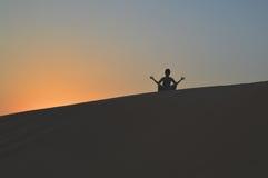Девушка в заходящем солнце в пустыне Стоковые Изображения