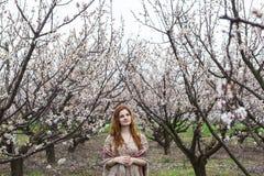 Девушка в зацветая садах стоковые фото