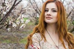 Девушка в зацветая садах Стоковая Фотография