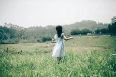 Девушка в зеленом саде стоковое фото rf