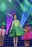 Девушка в зеленом танце и поет песню Стоковые Изображения RF