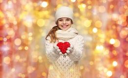 Девушка в зиме одевает с малым красным сердцем Стоковые Изображения RF
