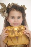 Девушка в золоте с маской масленицы Стоковое Фото