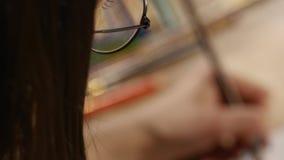 Девушка в изображениях стекел Взгляд сверху видеоматериал