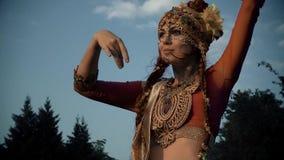 Девушка в индейце танцев костюма сток-видео