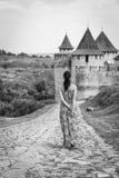 Девушка в длинном платье Стоковые Фото