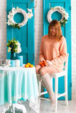 Девушка в интерьере с tangerines Стоковые Фото