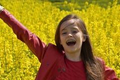 Девушка в канола поле стоковые изображения