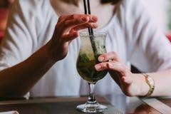 Девушка в кафе выпивает стоковая фотография