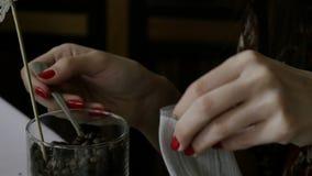 Девушка в кафе делает сумку с кофейными зернами сток-видео