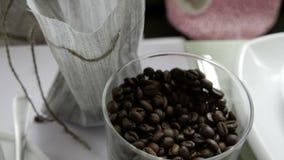 Девушка в кафе делает сумку с кофейными зернами видеоматериал