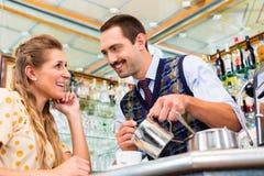 Девушка в кафе или кафе-баре flirting с barista Стоковые Фото