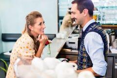 Девушка в кафе или кафе-баре flirting с barista Стоковые Изображения RF