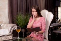 Девушка в кафе стоковое фото