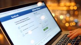 Девушка в кафе на компьтер-книжке приобретает пароль, регистр для того чтобы внести в журнал в Facebook 4K 30fps ProRes