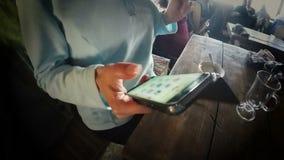 Девушка в кафе соединяясь к интернету к изображениям каникул столба в социальных средствах массовой информации сток-видео