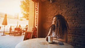 Девушка в кафе с чашкой кофе или чаем Стоковое Изображение RF
